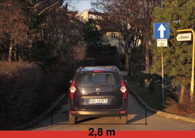Ryc. 6 Gdańsk, ulica Borówkowa - zastosowanie kontraruchu jedynie za pomocą oznakowania poziomego na ulicy o szerokości 2,8 m udowadnia że wdrażanie takiej organizacji ruchu nie jest uwarunkowane szerokością jezdni.